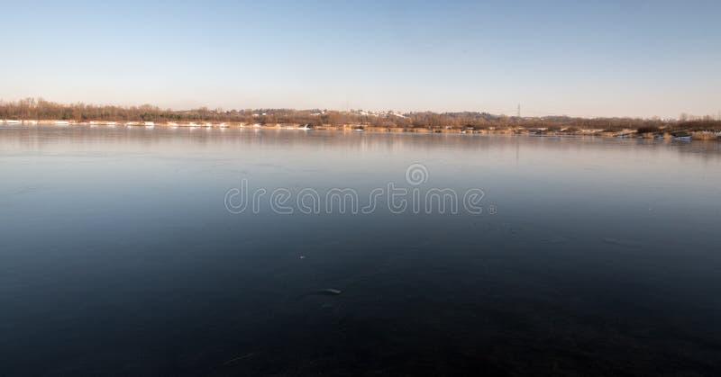 在与清楚的天空的冬日期间Karvinske在卡尔维纳市附近的更多湖捷克共和国的 库存图片