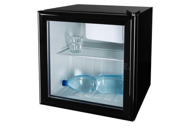 在与玻璃门的一个黑微型酒吧是一个瓶水和玻璃有很多水,水和冷却的概念,在白色 库存图片