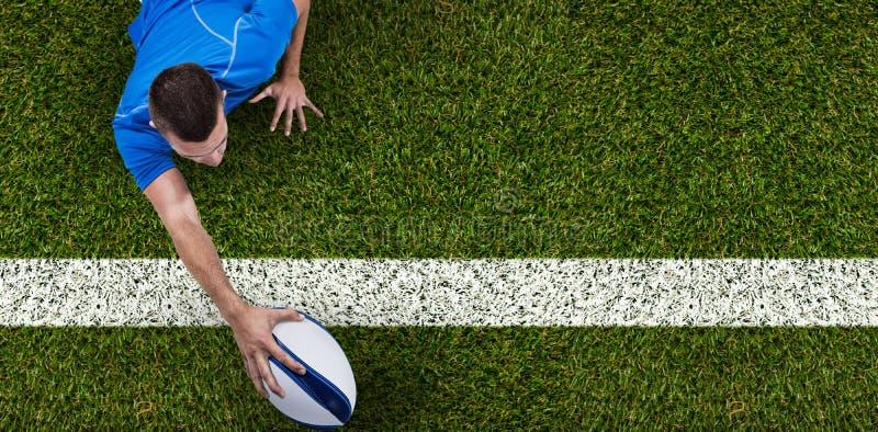 在与球的前面的橄榄球球员背面图的综合图象 免版税库存照片