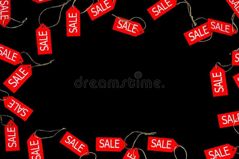 在与空间的黑bakcground隔绝的红色销售和折扣商店标签文本的在黑星期五假日期间在时尚商店 免版税图库摄影
