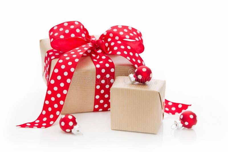 在与红色小点的纸包裹的被隔绝的圣诞节礼物 库存照片