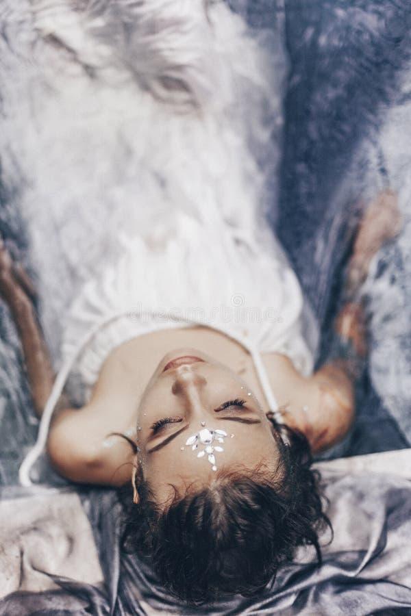 在与织品的水中的美丽的妇女画象 方式 库存照片