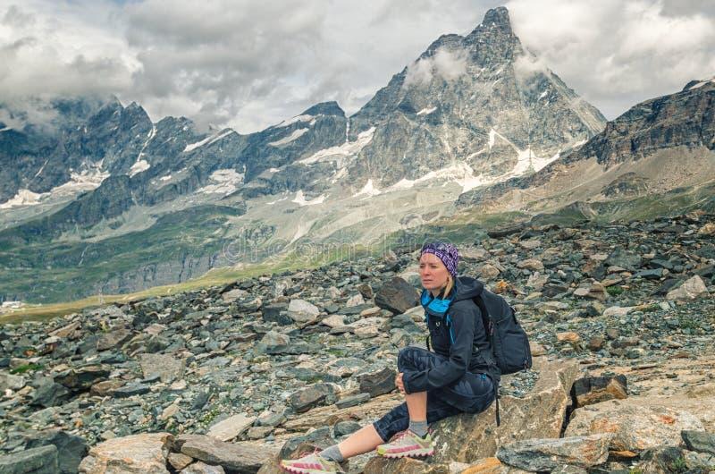在与背包的Chervino附近冒险妇女在山自然 免版税库存图片