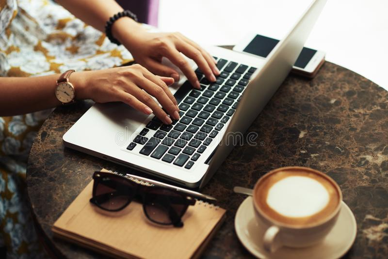 在与膝上型计算机的咖啡馆 免版税库存图片