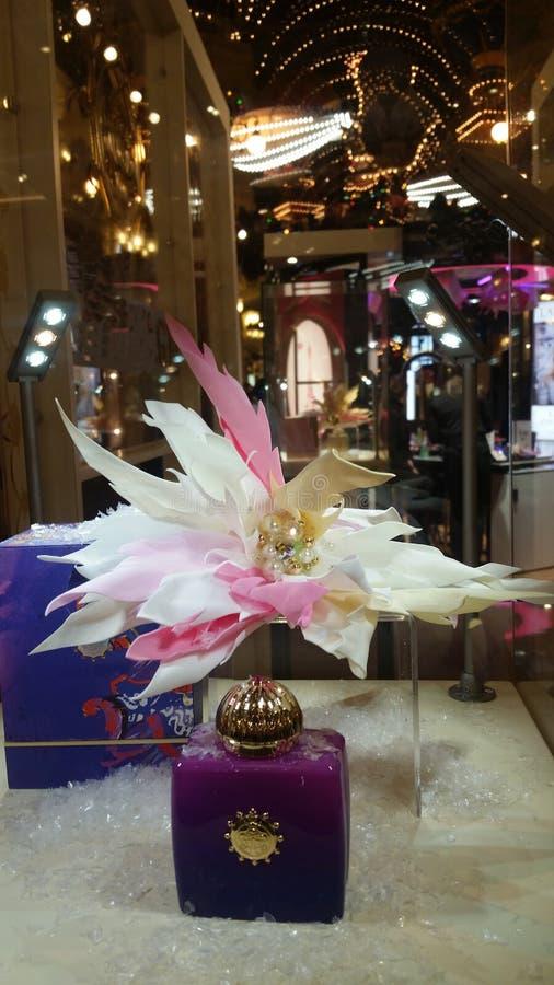 在与花的背景设置的香水 图库摄影