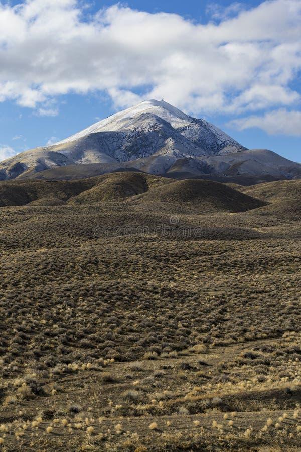 在与蓝天和云彩的冬天期间大开空的沙漠风景在内华达 免版税库存照片
