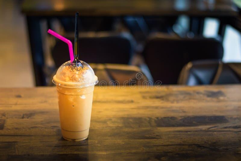 在与被弄脏的木桌上的咖啡或可可粉freppe  库存图片
