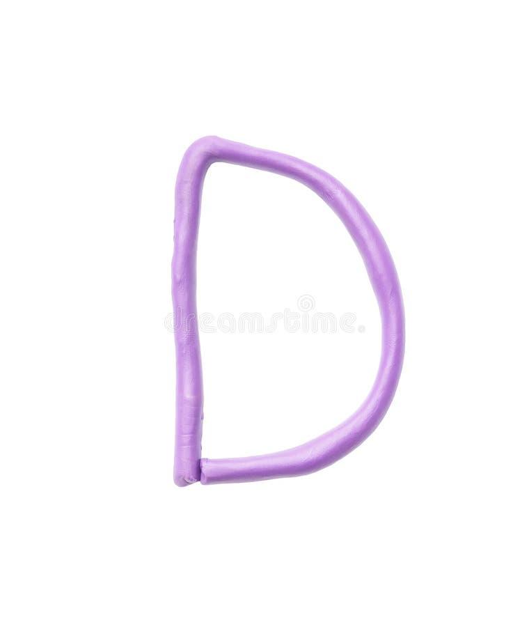 在与裁减路线的白色背景在D字母表隔绝的孩子的特写镜头紫色彩色塑泥 库存图片