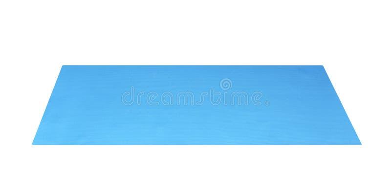 在与裁减路线的白色背景隔绝的顶视图蓝色瑜伽席子体育 免版税库存图片