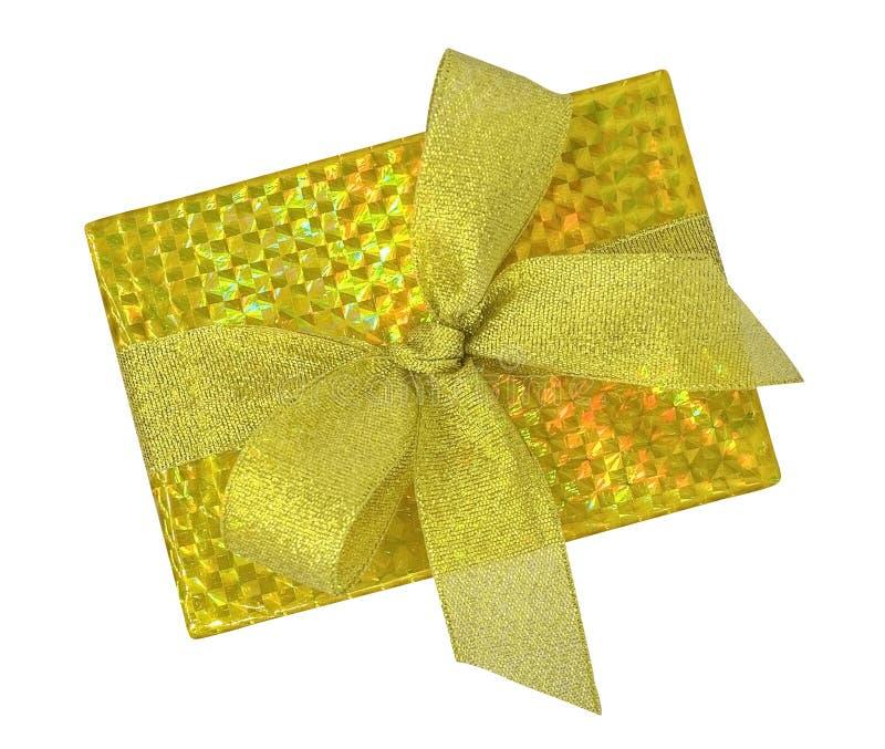 在与金丝带弓名列前茅v的金纸包裹的豪华礼物盒 免版税库存图片
