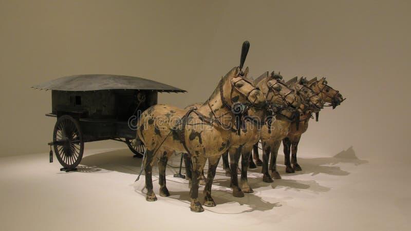 在与金和银装饰的古铜做的马运输车 免版税库存照片