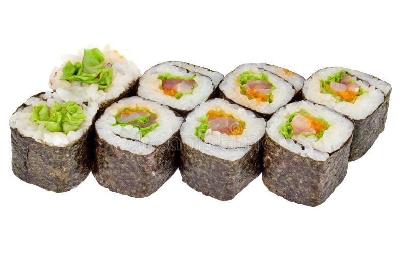 在与金枪鱼色拉和鱼子酱关闭的白色背景maki寿司卷寿司卷被隔绝的日本料理 库存照片