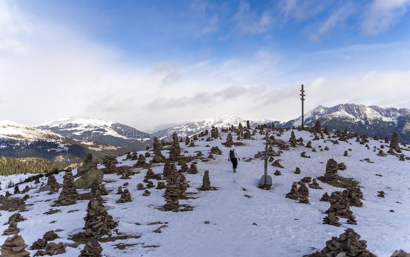 在与雪的冬天期间stoanerne mandln的美好的landcape视图在波尔扎诺自治省,sarntal,jenesien 库存图片