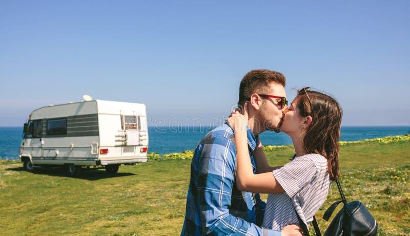 在与露营车的海岸附近结合亲吻 免版税库存图片