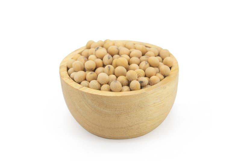 在与clupping的道路的白色背景隔绝的碗木头的大豆豆 库存图片