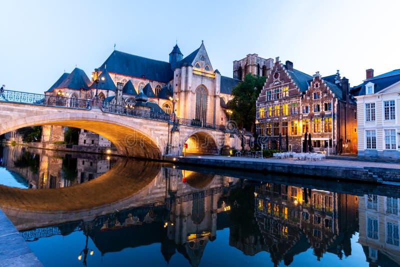 在与illum的晚上期间绅士的古城中心在比利时 免版税图库摄影