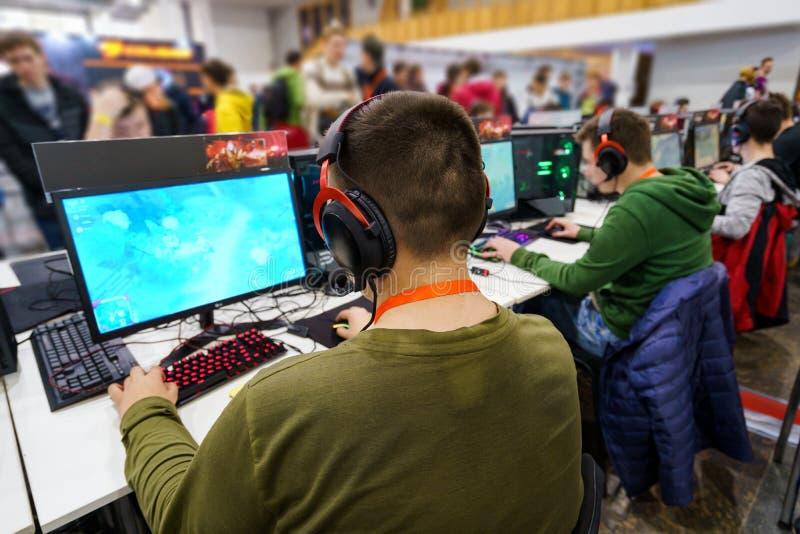 在专业游戏玩家的后面看法 库存照片