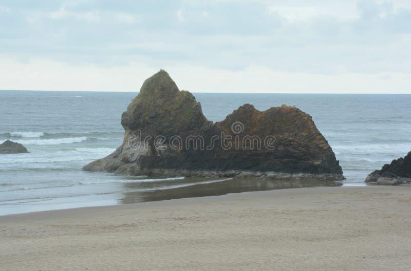 在世外桃源海滩-俄勒冈海岸的岩层 免版税库存照片