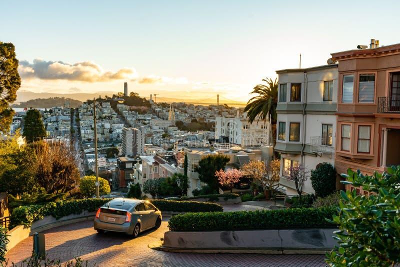在世界伦巴第街道的最弯曲的街道 旧金山在早晨太阳之前照亮 库存照片