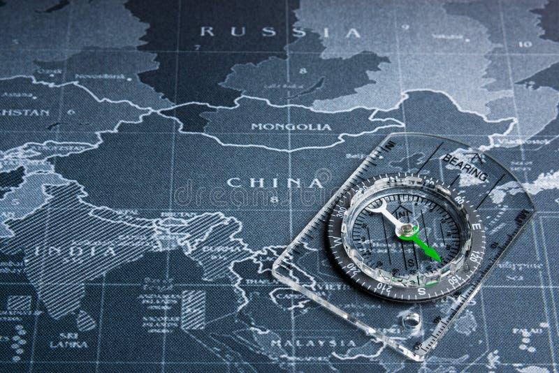 在世界地图的指南针 商务旅游全世界系统conce 免版税库存照片