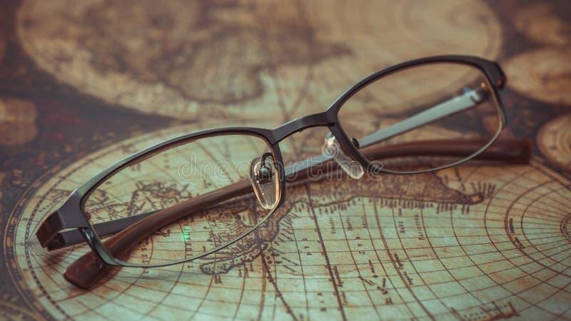 在世界地图的眼睛玻璃 免版税库存图片
