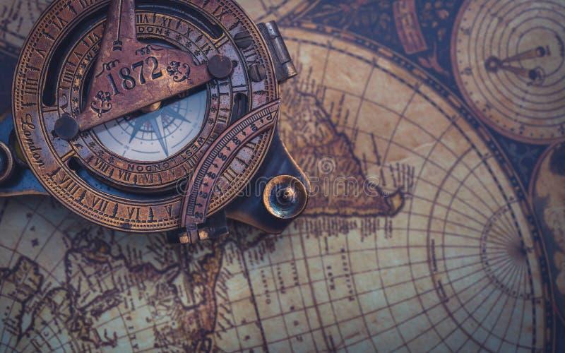 在世界地图的老指南针 免版税库存图片