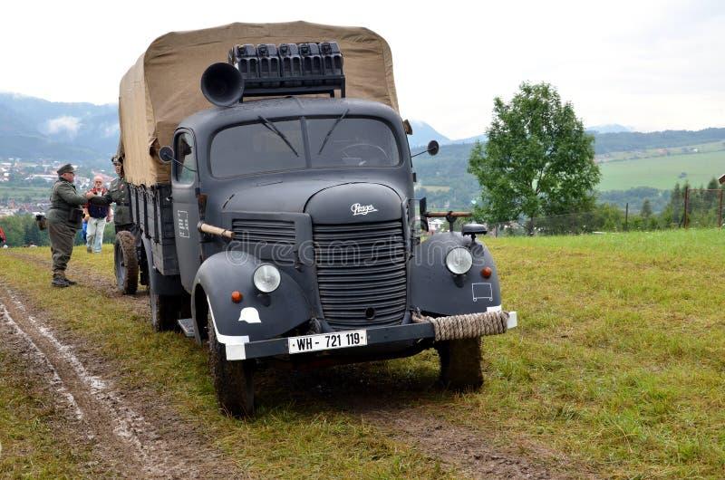 在世界大战2争斗的历史再制定期间,有两个人的历史的卡车在德国纳粹制服穿戴了 免版税库存图片