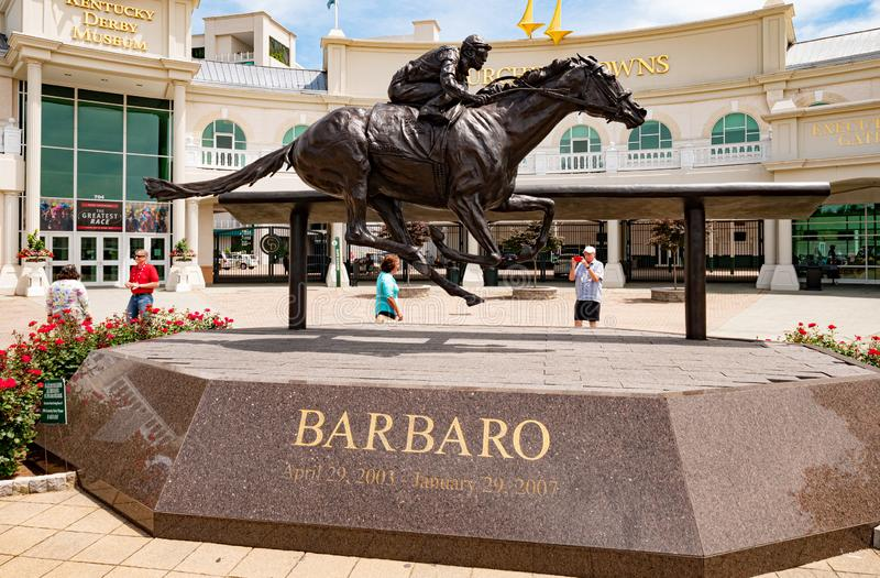 在丘吉尔Downs的Barbaro雕象在路易斯维尔-路易斯维尔 美国- 2019年6月14日 库存照片