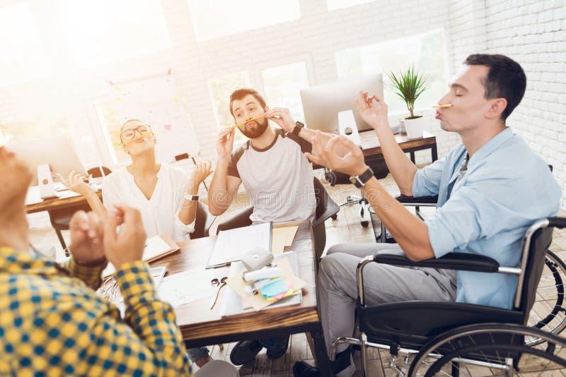 在业务会议的断裂期间,公司的雇员获得乐趣 免版税库存图片