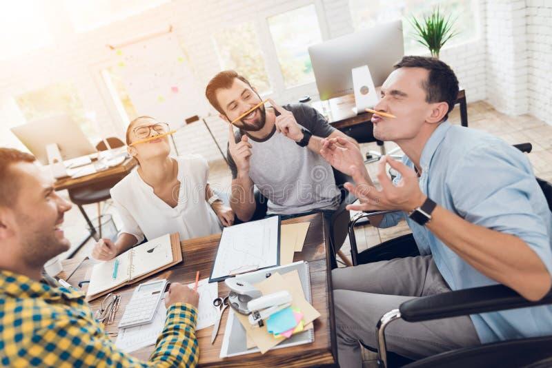 在业务会议的断裂期间,公司的雇员获得乐趣 库存图片