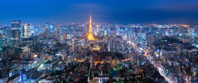 在东京塔和东京都市风景视图的全景视图从六本木新城 免版税库存图片