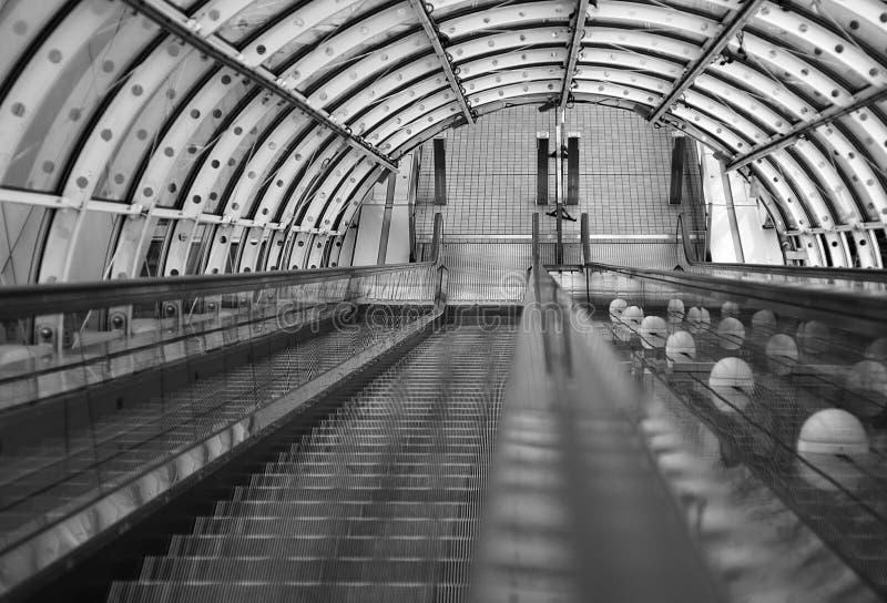 在东京的未来派大厦里面的自动扶梯 免版税库存图片
