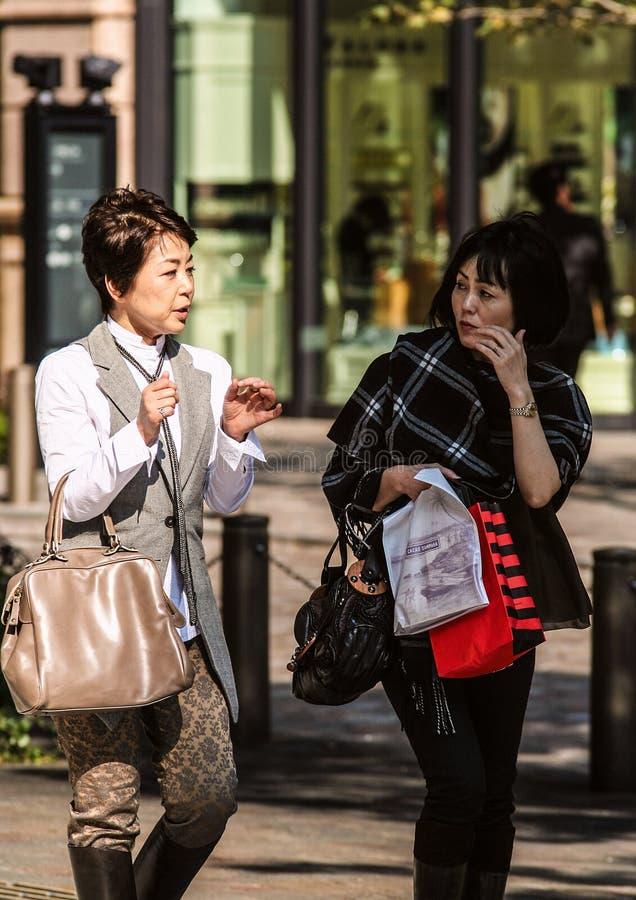 在东京街道上的现代妇女 免版税库存照片