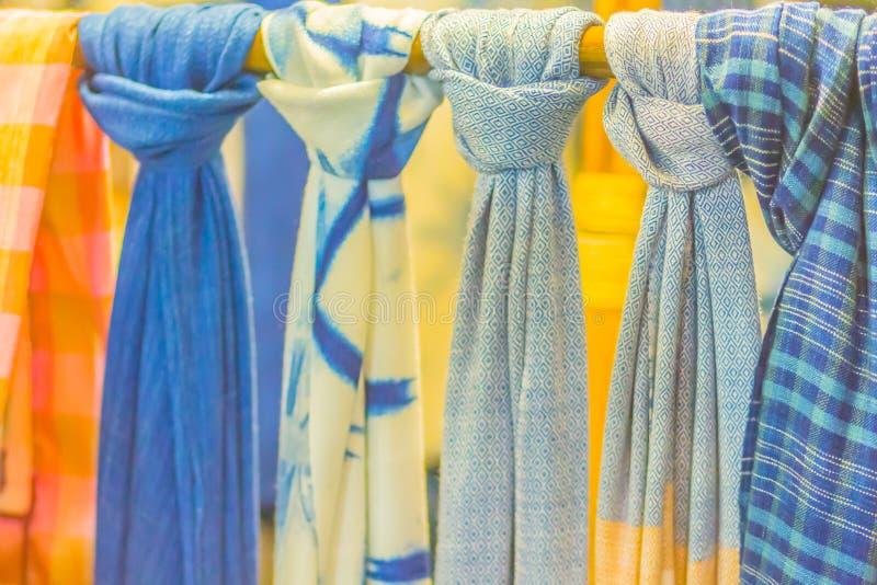 在东北泰国样式服装、丝绸和衣物仿造的美丽待售在地方跳蚤市场上 库存照片