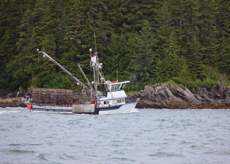在东南阿拉斯加捉蟹有罐的渔船 免版税库存照片