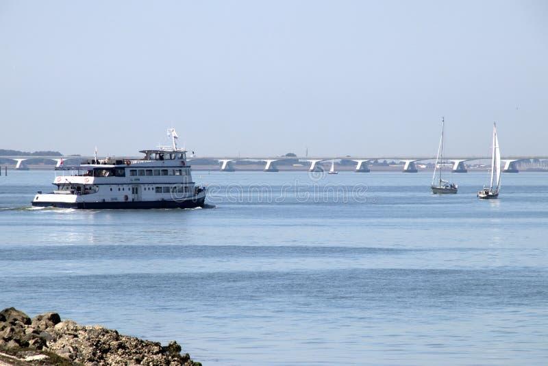 在东斯海尔德河的海岸的游轮 库存图片
