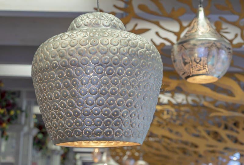 在东方样式的金属镀金的灯与软的焕发 免版税库存照片