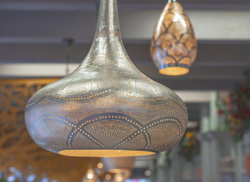 在东方样式的金属镀金的灯与软的焕发 免版税图库摄影