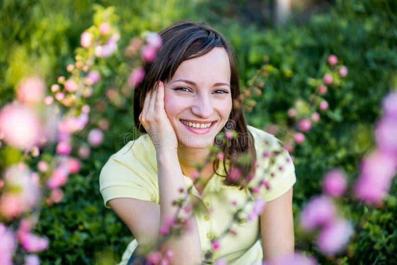 在东方cherrie附近的美丽的女孩 免版税库存照片