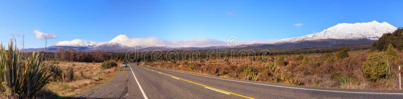 在东格里罗国家公园的火山Ngauruhoe和Ruapehu 免版税图库摄影