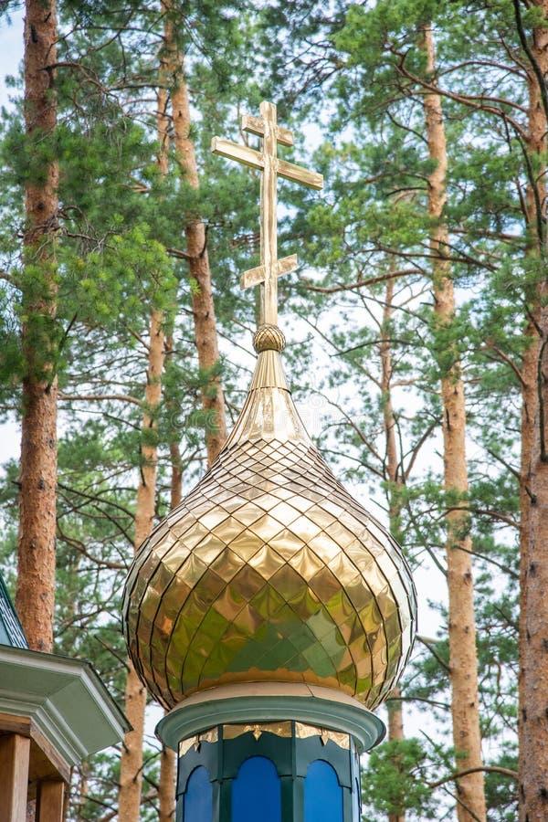 在东正教的圆顶的金黄十字架 免版税图库摄影
