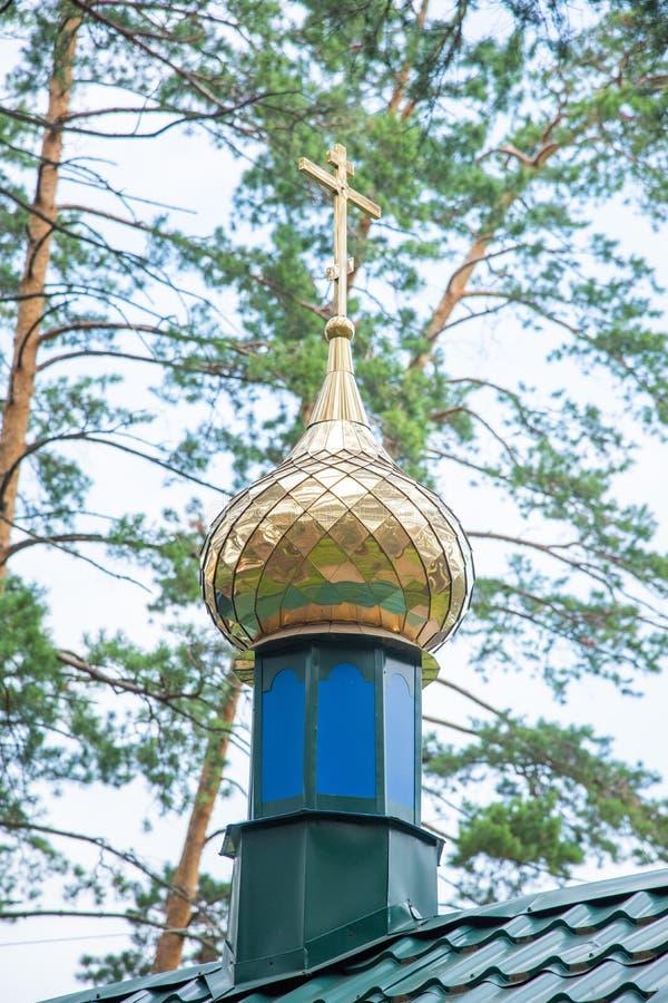 在东正教的圆顶的金黄十字架 库存图片