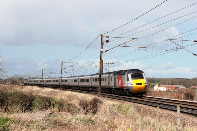 在东海岸主线的维尔京高速火车 免版税库存照片