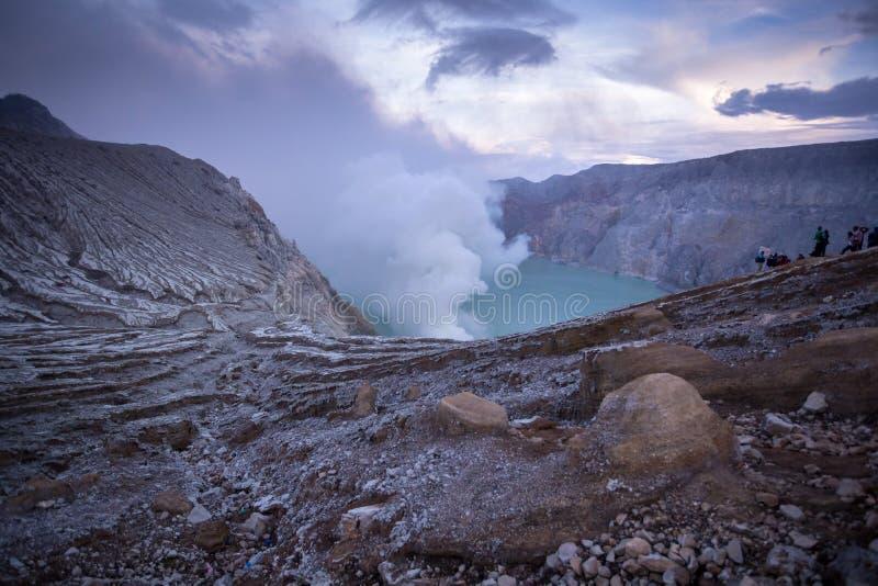 在东爪哇省,印度尼西亚登上Kawah伊真火山火山日出 库存图片
