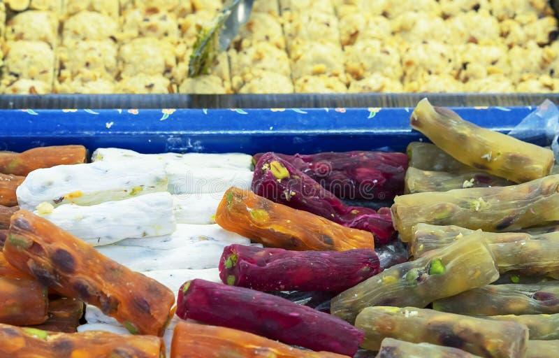 在东部义卖市场的传统土耳其快乐糖 东方点心和甜点 库存照片