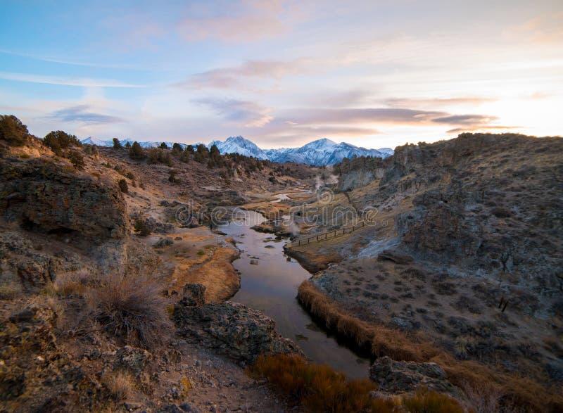 在东部山脉的美好的日落从热的小河地质站点 免版税图库摄影