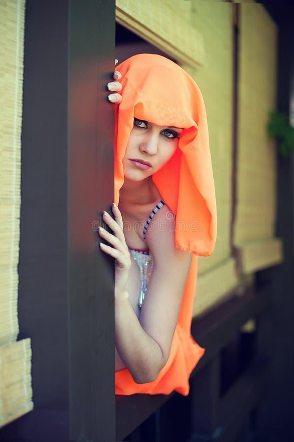 在东部样式打扮的年轻美丽的妇女 免版税图库摄影