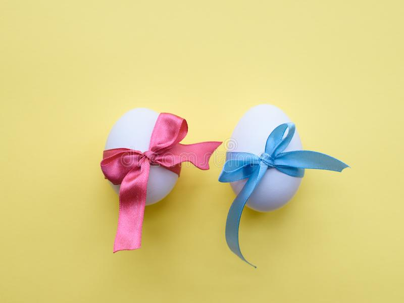 在丝带包裹的鸡蛋 免版税图库摄影