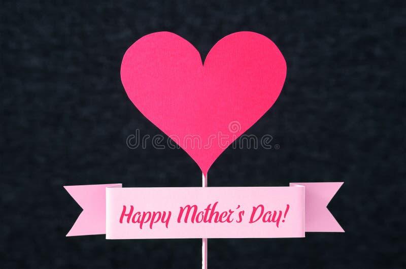 在丝带和红色心脏的愉快的母亲` s天文本 免版税库存图片
