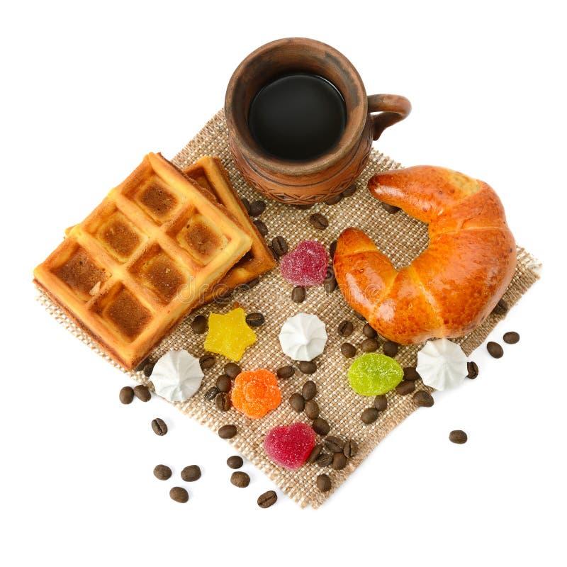 在丝毫和橘子果酱隔绝的咖啡、新月形面包、奶蛋烘饼 图库摄影